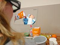 ADAMAAS bietet individuelle Hilfe zum Beispiel beim Mixen eines Kuchenteigs. Die Virtuelle Ebene wird direkt im Gesichtsfeld der Brillennutzerin eingeblendet. Bild: CITEC