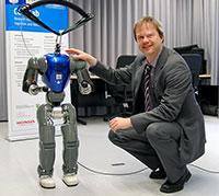 Der humanoide Roboter COMAN soll noch ein bisschen wachsen, damit er mit Erwachsenen interagieren kann. Professor Dr. Jochen Steil leitet das neue Forschungsprojekt. Bild: Universität Bielefeld