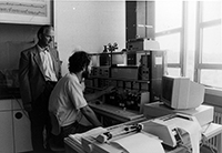 Ein Bild aus einer anderen Zeit (1989): Professor Dr. Harald Tschesche und Dr. Heinz Reincke mit dem damals neuen Protein-Peptit-Sequenzer. Foto: Universität Bielefeld