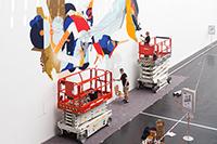 Die Baustelle wird zur Kulturstelle. Hier arbeiten SatOne aus München und Roid aus London an ihrem Graffiti. Foto: Michael Kohls.