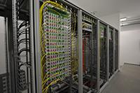 Meterweise Verteilerschränke füllen den neuen Netzwerkraum. Foto: Universität Bielefeld