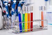 Die Trinkwasser-Schnelltests sollen mithilfe von Farbsignalen anzeigen, welche Substanzen in der Probe enthalten sind. Foto: Evgeny Borisov
