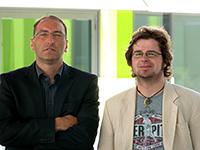 """Projektmitarbeiter der """"Bielefelder Fußballfan-Studie"""" sind Andreas Grau und Martin Winands (v.l.). Sie erforschen, wie sich Fans mit Fußballvereinen der ersten bis dritten Liga identifizieren. Foto: Universität Bielefeld"""