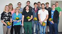 Die ehemaligen Auszubildenden feiern ihren Abschluss auf der Absolventenfeier. Foto: Universität Bielefeld