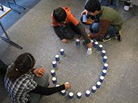 Was haben Pappbecher mit Mathematik zu tun? Aus ihnen können schon 6-Jährige bei Maus-Tag an der Universität eine Ellipse konstruieren. Foto: Universität Bielefeld