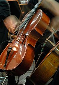 Zum Semesterstart spielen die Bielefelder Philharmoniker in der Universitätshalle vor dem Westend. Foto: Universität Bielefeld/K. Trautner
