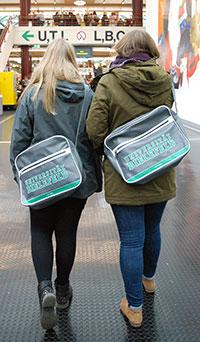 Die Retro-Tasche gab es als Willkommensgeschenk für die Studienanfängerinnen und -anfänger. Foto: Universität Bielefeld