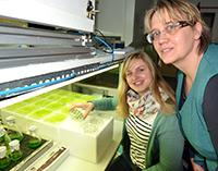 Christin Meier mit ihrer Ausbilderin Andrea Viehauser in einem Labor der Algenbiotechnologie.