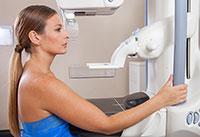 Frauen, die am Mammographie-Screening teilnehmen, sollten über die Risiken informiert sein. Allerding sist das nur bei jeder dritten Frau der Fall. Ihre Ergebnisse zur informierten Entscheidung für oder gegen die Untersuchung haben Forschende jetzt veröffentlicht. Foto: Fotolia/jovannig