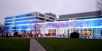 Das Gebäude X wird auch beim Absolvententag 2015 wie hier 2014 erstrahlen. Foto: Universität Bielefeld.