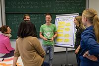 Ein Teil des Bielefelder Erfolgskonzepts: Fortgeschrittene Studierende unterstützen Studienanfänger beim Lernen, Schreiben und Präsentieren. Foto: Universität Bielefeld/M. Brockhoff