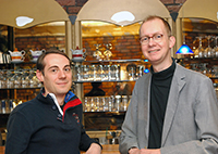 Sebastian Loth (left) and Jan der Ruiter show in their study how bartenders take their customers' orders in complex situations. Photo: CITEC/ Bielefeld University