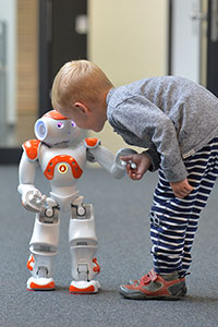In a new EU project, Bielefeld researchers are investigating how the robot Nao can help children learn a language. Photo: CITEC/Bielefeld University.