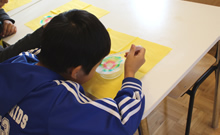 Kind an Schreibtisch