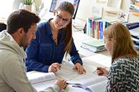 Gemeinsames Lernen gehört in den Präsenzphasen zum berufsbegleitenden Studiengang Master of Health Administration. Foto: Universität Bielefeld