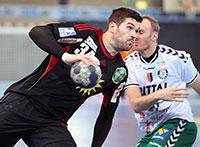 Der TuS N-Lübbecke ist bereits zum zweiten Mal zu Gast in der Uni-Sporthalle, hier Vuko Borozan (links). Foto: TuS N-Lübbecke