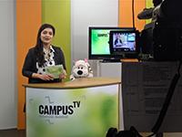 Moderatorin Naima Shaheen bekommt Besuch im Campus TV Studio. Foto: Campus TV - Juliane Otto