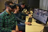 """Julia Fröhlich (Mitte) und Fabio Magnifico (rechts) sind zwei der Dozenten des 360-Grad-Seminars. Bilsel Kiratli (links) gehört zu den Studierenden, die den Virtual-Reality-Krimi """"360 Karat"""" mit produziert haben. Foto: CITEC/Universität Bielefeld"""