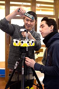 Für die Dreharbeiten zu dem 360-Grad-Film haben die Dozenten und Studierenden der Universität Bielefeld eine eigene Spezialkamera entwickelt. Foto: CITEC/Universität Bielefeld