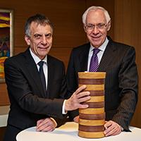 Universitäts-Rektor und Juryvorsitzender Prof. GerhardSagerer und Dr. Dieter Brand, Vorstandsvorsitzender der Sparkasse und ihrerStiftung mit dem Wissenschaftspreis