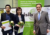 Übergabe Urkunden und Preisgeld: ViSiB-Vorsitzender Michael W. Böllhoff und die Studierenden Bibhor Niraula (l.) und Zarina Zinnatova.Foto: Aylin E. Dresing