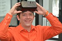 Thies Pfeiffer hat zusammen mit seinen Kollegen eine Büroanwendung für die Virtual-Reality-Brille Oculus Rift entwickelt. Die Firma Ceyoniq Technology hat das System in ihre Software integriert. Foto: CITEC/Universität Bielefeld