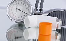 Asthmaspray und Blutdruckmessgerät
