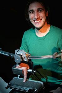 Mit eigenen Geräten testen der CITEC-Forscher Dr. Alessandro Moscatelli und seine Kollegen, wie Menschen Berührungen und ihren eigenen Körper wahrnehmen. Foto: CITEC/Universität Bielefeld