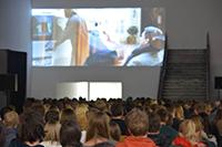 Die Uni-Halle wird zum Kinosaal: Über dem Durchgang zum Audimax wird der Film zu sehen sein. Foto: Universität Bielefeld