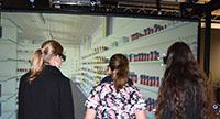 Bei einer Einkaufstour durch den Virtuellen Supermarkt. Foto: CITEC
