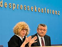 Prof. Dr. Doris Schaeffer erläutert in der Bundespressekonferenz gemeinsam mit Bundesgesundheitsminister Hermann Gröhe den nationalen Aktionsplan. Foto: AOK-Mediendienst