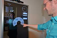 KogniHome-Bewohner sehen im intelligenten Spiegel nicht nur ihr Spiegelbild, sondern auch Informationen zum Wetter und zu ihrem Terminkalender, wie hier Entwickler Alexander Neumann. Foto: Universität Bielefeld