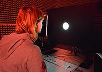 In seinen Experimenten ließ Dr. Cesare Parise die Testpersonen zufällige Lichtblitze und Klickgeräusche beobachten und beurteilen, um dahinter zu kommen, wie das Gehirn Sinnesreize verbindet und auseinanderhält. Foto: CITEC/Universität Bielefeld