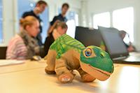 Der Roboterdinosaurier Pleo ist in allen vier Workshops dabei.Foto: Universität Bielefeld