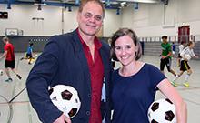Prof. Schack und Mitarbeiterin mit Fu�ball Copyright: Bielefeld University