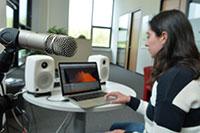 Einer der Forschungsprotoptypen von CITEC: Der Soundscape-Veredler. Das System schafft einen akustischen Schutzraum für Personen, die dem Lärm der Messe entgehen wollen. Auch bei Hauspartys oder Konferenzen ist es einsetzbar. Foto: CITEC/Universität Bielefeld