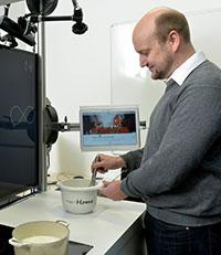 Der Kochassistent KogniChef sorgt dafür, dass die verschiedensten Rezepte gelingen. Ein integriertes Tablet führt schrittweise durch das Rezept und lässt sich auch per Stimme und Gestik bedienen. Foto: CITEC/Universität Bielefeld