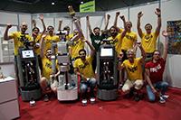 Das weltweit beste Servicerobotik-Team: Die Mannschaft des Exzellenzclusters CITEC hat in der Haushaltsliga der Weltmeisterschaft RoboCup Platz eins belegt. Das Team trat mit den Robotern Tobi (1 und 2. v.l.), Floka (2. v.l.) und den Amiro-Minirobotern (vorne unten) an. Foto: CITEC/Universität Bielefeld