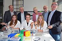 Im Schülerlabor des CeBiTec (v.l.): Dr. Werner Selbitschka (CeBiTec), Marie Hokamp (Schülerin), Prof. Dr. Alfred Pühler (CeBiTec), Arne Echterhof (Schüler), Gertrud Pannek (Bezirksregierung Detmold), Ricarda Schaak (Schülerin), Prof. Dr. Walter Arnold (CeBiTec), Dr. Burghard Lehmann (Familie-Osthushenrich-Stiftung). Foto: Universität Bielefeld