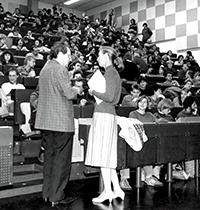 Jane Goodall, bekannte britische Verhaltensforscherin hielt 1986 einen Vortrag über Schimpansen an der Universität Bielefeld, hier im Gespräch mit Professor Klaus Immelmann. Die Fakultät für Biologie beherbergte in der 80er Jahren eine Krallenaffenstation. Archivfoto: Ch.Esch