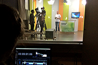 Moderator Philipp Renk bei der Aufzeichnung der 110. Ausgabe von Campus TV.Foto: Campus TV Universität Bielefeld