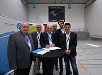 Bei der Unterzeichnung (v.l.): Klaus Weber (SSB Bielefeld), Dr. Stephan Becker (Universität), Walter Schneeloch (LSB NRW), Matthias Kohl (LSB NRW), Prof. Dr. Christian Deutscher (Universi-tät), Prof. Dr. Bernd Gröben (Universität).  Foto: Universität Bielefeld