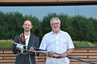Dr. Thomas Hermann (left) and Dr. Bodo Un-gerechts (right) have developed a system together with Daniel Cesarini, Ph.D. that uses sound to expand a swimmer's perception and feel for the water. Photo: CITEC/Bielefeld University