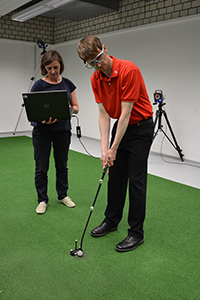With the help of eye-tracking glasses, CITEC researcher Dr. Cornelia Frank (left) measures where the golfer directs his gaze — and thus, his attention. Photo: CITEC/Bielefeld University