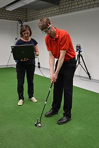 CITEC-Forscherin Dr. Cornelia Frank (li.) misst mit einer Eyetracking-Brille, wohin sich der Blick und damit die Aufmerksamkeit von Golf-Spielern bewegen. Foto: CITEC/Universität Bielefeld