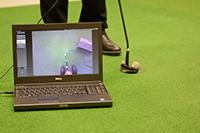 Bei Profi-Golfern ruht der Blick bis zu drei Sekunden auf dem Ball, bevor sie den Schlag füh-ren. Der Bildschirm zeigt an, wo genau der Blick hängen bleibt. Foto: CITEC/Universität Bielefeld