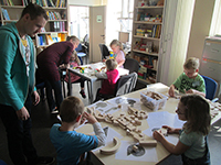 Mit Bauklötzen erste geometrische Formen üben – das können auch schon die Kleinen. Foto: Universität Bielefeld
