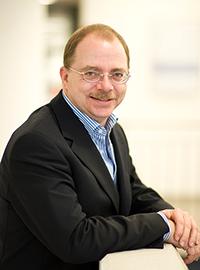 Prof. Dr. Bernd Weisshaar erforscht mit seinem Team das Zusammen-wirken der Gene von Weinreben. Foto: Universität Bielefeld/Brockhoff.