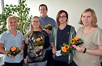 Die erfolgreichen Auszubildenden Ücke Krizsan, Pauline Rahlmeyer, Paul Sobotta, Robin Bednarek und Lina Rosenfeld (v.l.) erhielten bei der Abschiedsfeier Blumen und einen Büchergutschein. Foto: Universität Bielefeld