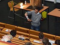 Professor Dr. Thomas Koop zeigt den Schülerinnen und Schülern in seinem Vortrag, wie Wasser bei minus 18 Grad Celsius zunächst noch flüssig ist und beim Schütteln dann gefriert. Foto: Universität Bielefeld